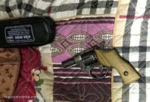 Thanh niên 17 tuổi rút súng đe dọa nhân viên bảo vệ chung cư
